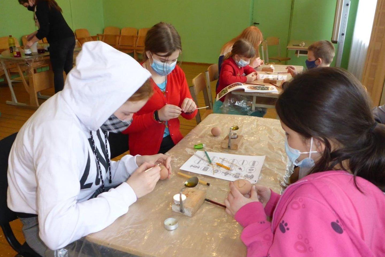 """Dienos centre vaikai išbando įvairias edukacines veiklas.<br>Dienos centro """"Spyglys"""" nuotr."""