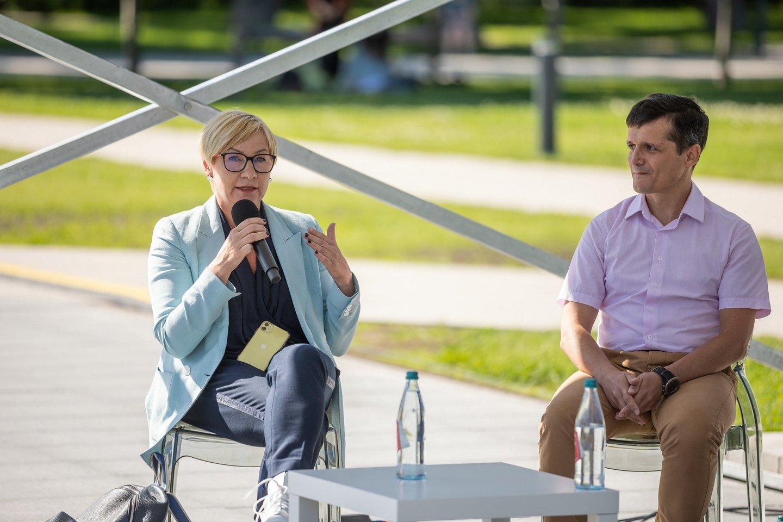 Švietimo, mokslo ir sporto ministrė Jurgita Šiugždinienė teigia, kad vienas iš Vyriausybės tikslų yra užtikrinti lygiavertes sąlygas ir mokslo kokybę visiems vaikams, nepaisant to, kur yra jų mokykla.<br>S.Žiūros nuotr.