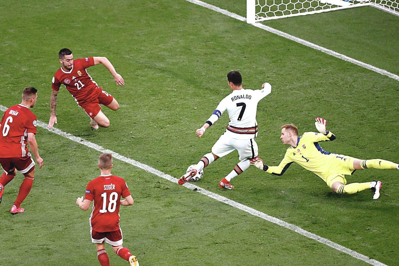 """C.Ronaldo Europos čempionate jau spėjo ir pagerinti pelnytų įvarčių rekordą.<br>""""Reuters""""/""""Scanpix"""" nuotr."""