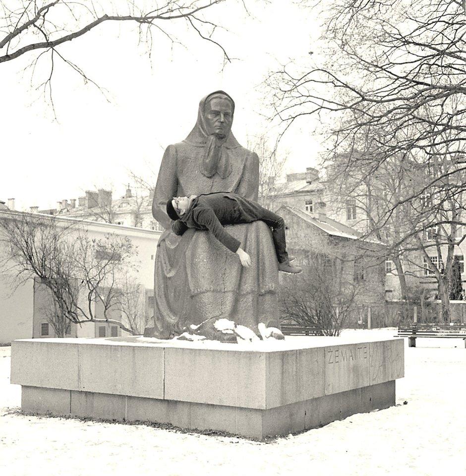 """D.Liškevičius kūriniais kviečia susimąstyti. Vienas jų – performansas """"Pieta"""", kur menininkas guli ant Žemaitės paminklo.<br>G.Trimako nuotr."""