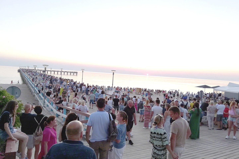 Palydėti saulės ant jūros tilto savaitgalį Palangoje rinkosi minios poilsiautojų. Daug žmonių buvo ir kitose kurorto vietose.<br>E.Kazlaučiūnaitės nuotr.