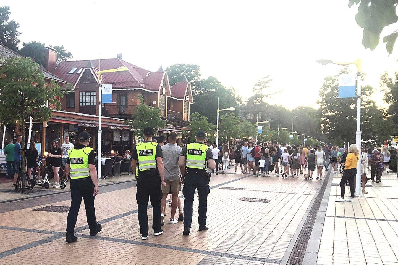 Palangos gatvės buvo pilnos žmonių, bet savaitgalį neužfiksuota nė vienų muštynių.<br>E.Kazlaučiūnaitės nuotr.