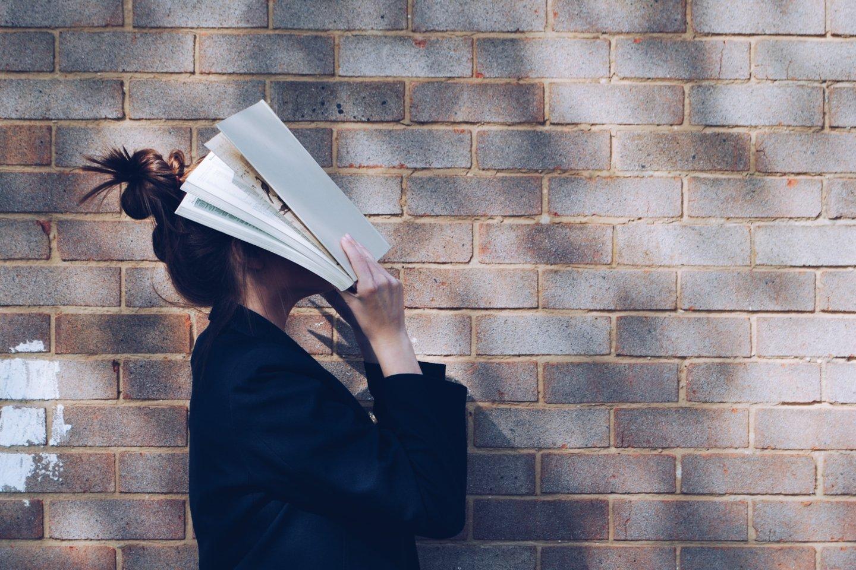 """""""Knygos ir tas susikurtas pasaulis jau veikia kaip narkotikai, jie kelia priklausomybę. Kartais net sunku grįžti į realybę..."""", – atvirauja Elzė.<br>""""Unsplash"""" nuotr."""