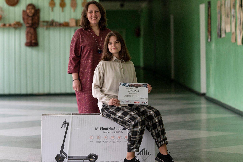 Justė Sipavičiūtė su mokytoja Gitana Kavaliauskaite ir laimėtu prizu.<br>R.Bikulčiaus nuotr.