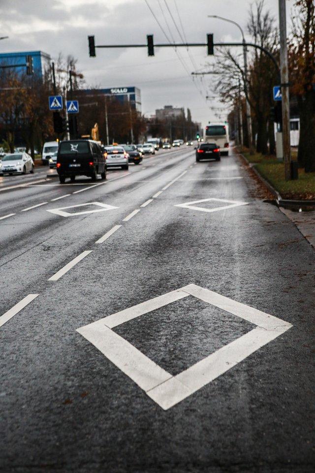 Rombų formos ženklinimas Kauno gatvėse per kelerius metus išgelbėjo ne vieną žmogų.<br>G.Bitvinsko nuotr.