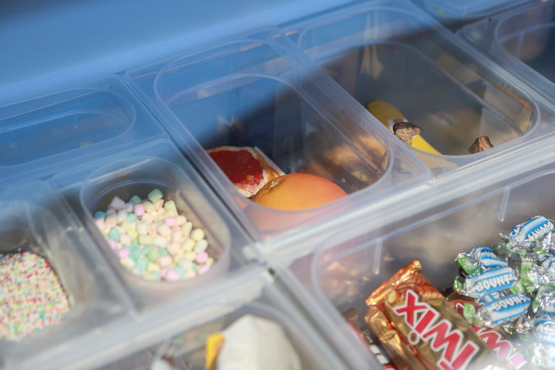 """Šiemet K.Nenartonė poilsiautojus kviečia iš naujo kioskelio, kurį pavadino tikra """"Ledų bomba"""".<br>G.Bitvinsko nuotr."""