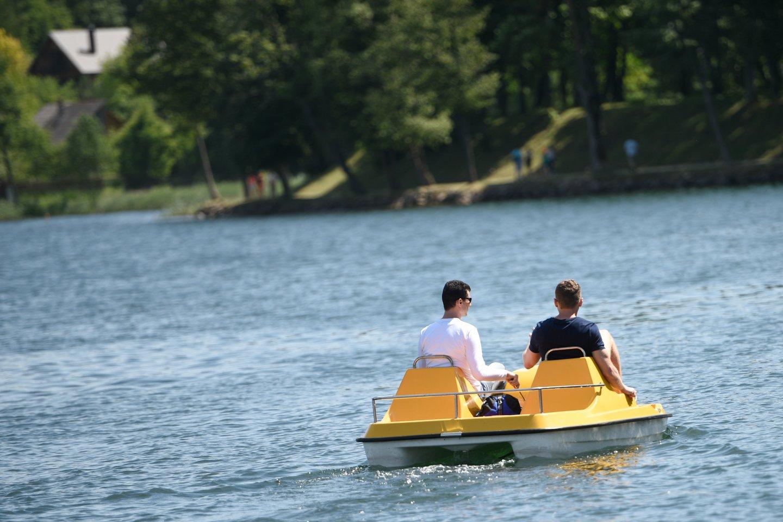 Savaitgalį buvo geras oras, todėl dauguma žmonių išskubėjo prie ežerų ar į pajūrį.<br>D.Umbraso nuotr.