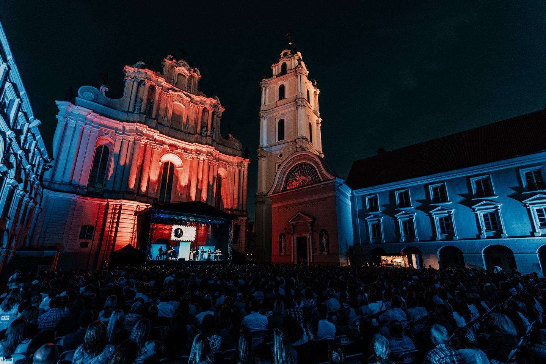 """Rugpjūčio mėnesį Vilniaus universiteto didžiajame kieme ir Mokytojų namų kiemelyje (""""Vasaros terasoje"""") vyks tradicinis miesto muzikos festivalis """"Untold City"""".<br>Martyno Vitėno nuotr."""