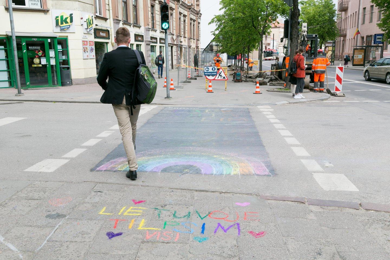 Vienoje Vilniaus pėsčiųjų perėjų nupiešta vaivorykštė sukėlė nemenką priešpriešą visuomenėje.<br>T.Bauro nuotr.