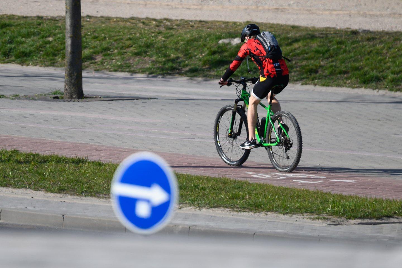 """Šiuo metu norintieji dviračiu numinti iki """"Akropolio"""" ir apsipirkti – to padaryti beveik negali.<br>V.Skaraičio nuotr."""