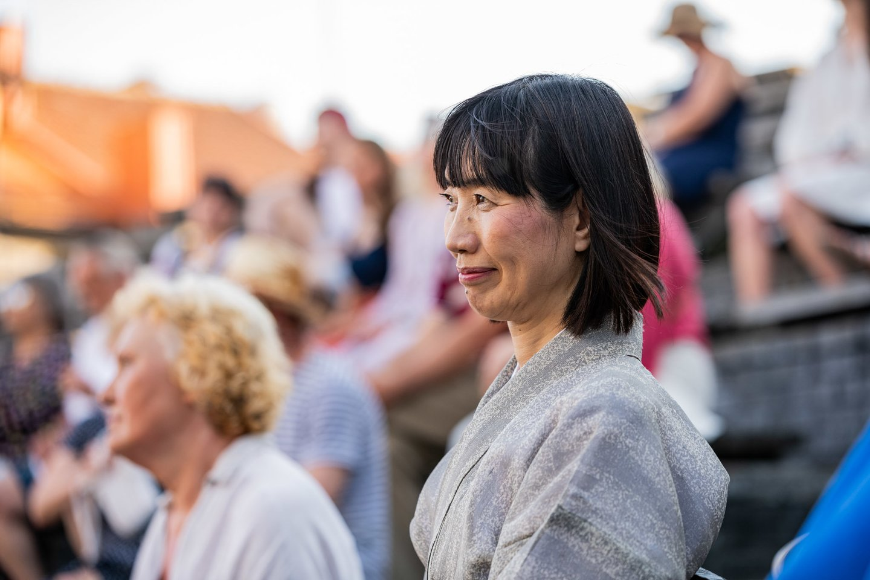 Ponia Yuko Yamasaki, atvykusi į Lietuvą su savo vyru, Jo Ekscelencija Japonijos ambasadoriumi Lietuvoje Shiro Yamasaki, susižavėjo kanklėmis.<br>D.Rimeikos nuotr.