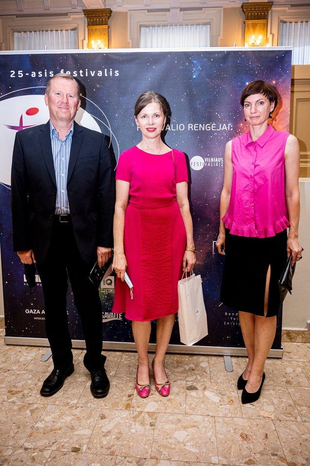 """Koncertas""""Likimo simfonija"""": R.Prusevičienė su vyru ir LRT vadovė M.Garbačaiuskaitė-Budrienė.<br>D.Matvejevo nuotr."""