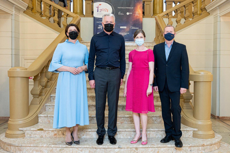 """Koncertas""""Likimo simfonija"""": LR prezidentas G.Nausėda su žmina Diana (kairėje) ir Filharmonijos vadovė R.Prusevičienė su vyru Justinu.<br>D.Matvejevo nuotr."""