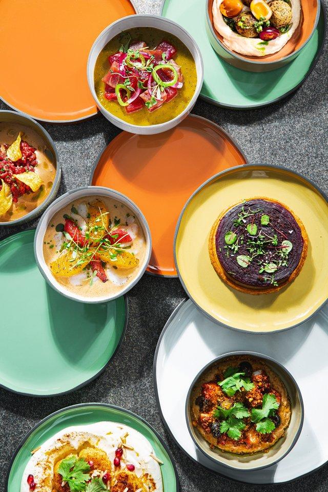 Virtuvės šefas L.Čeprackas žada, kad bus daug mažų lėkštelių, o susirinkusi kompanija po vieną galės paragauti kad ir visų patiekalų iš meniu.<br>M.Paukštės nuotr.