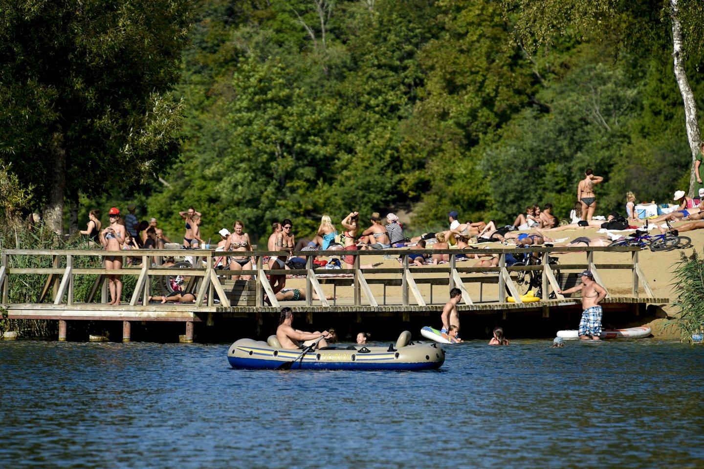 Savaitgalį buvo geras oras, todėl dauguma žmonių išskubėjo prie ežerų ar į pajūrį.<br>V.Ščiavinsko nuotr.