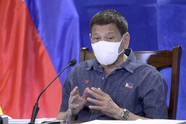 Filipinų prezidentas Rodrigo Duterte komentuodamas vakcinacijos procesą šalyje sukėlė skandalą: pagrasino pasodinti į kalėjimą tuos, kurie nesiskiepys.<br>AP / Scanpix nuotr.