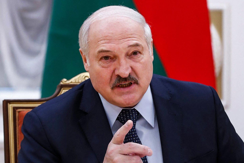 A. Lukašenka ragina Vakarus nustoti dusinti Baltarusiją, kitaip negins jų nuo migrantų.<br>AFP/Scanpix nuotr.