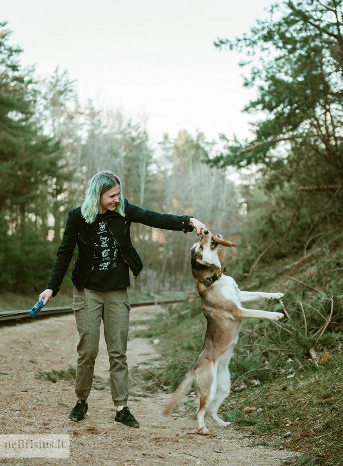 """""""Ji išmokė mane sustoti, kiekvieną rytą pasivaikščioti ir atrasti daug džiaugsmo mažiausiuose dalykuose"""", – apie augintinę sako Giedrė.<br>Ž.Stavarytės nuotr."""