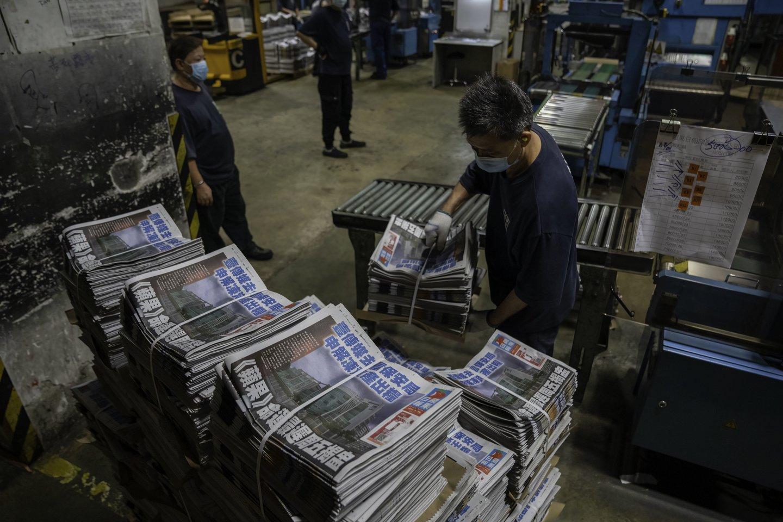 """Honkongo policija pagal naująjį saugumo įstatymą areštavo """"Apple Daily"""" skiltininką. <br>Geovien So/SOPA Images/ZUMA Press/Scanpix nuotr."""