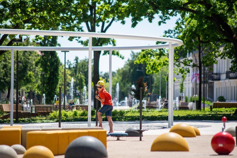 Po rekonstrukcijos Laisvės aikštėje atsirado ir vaikų žaidimo aikštelė.<br>R. Ančerevičiaus nuotr.
