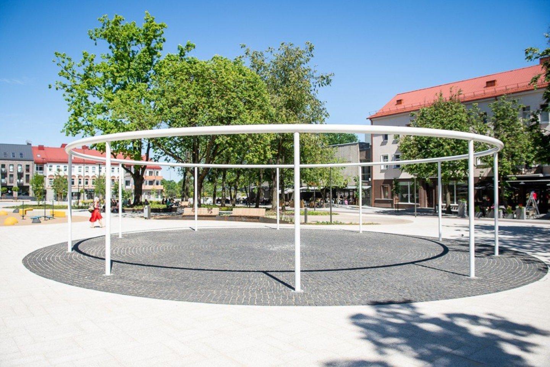 Kitas įdomus objektas Laisvės aikštės centre – architektūrinis elementas – balta plastiko konstrukcija.<br>R. Ančerevičiaus nuotr.