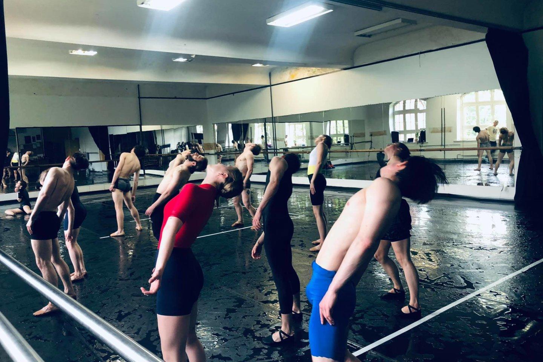 Šlapios KVMT baleto trupės repeticijos su choreografo E. Clugo asistentu G. Žmavc.<br>Organizatorių nuotr.