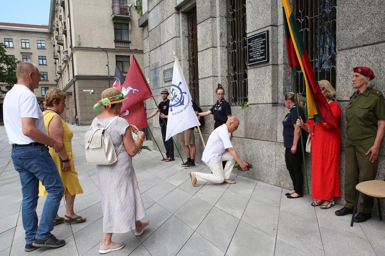 Kaune, ant savivaldybės pastato sienos trečiadienį buvo atidengta atminimo lenta nuo sovietų kritusiam 1941 metų Birželio sukilimo didvyriui, VDU studentui V.Rudminui. Minint sukilimo metines, renginiai vyko visame mieste.<br>M.Patašiaus nuotr.