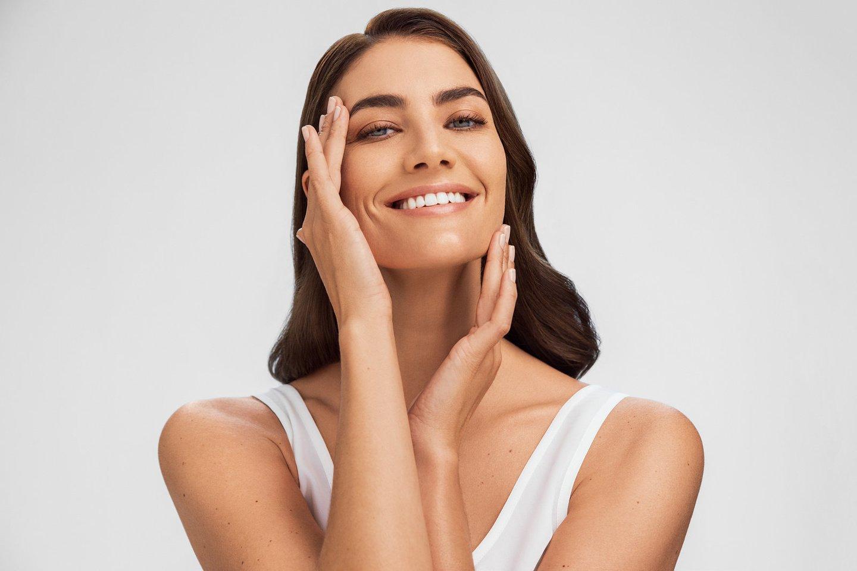 Saulės nubučiuota oda šiais laikais reiškia ne gražų įdegį, bet išryškėjusias odos dėmeles, vadinamą hiperpigmentaciją, kurios viena iš pagrindinių priežasčių yra ultravioletiniai (UV) spinduliai.