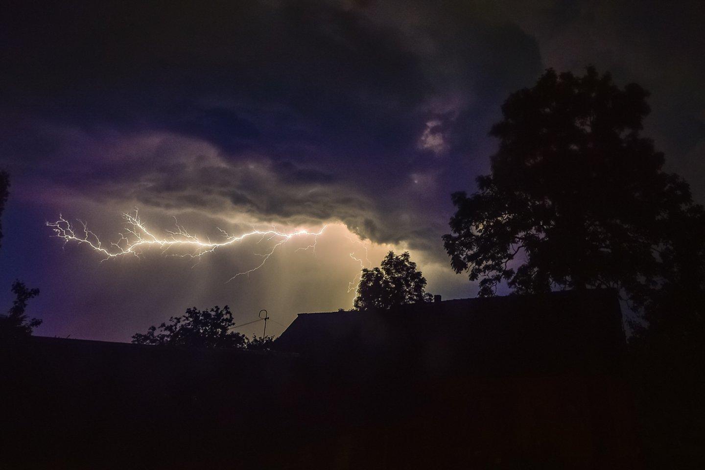Meteorologai įspėja – artinasi audra: didžiulis vėjas ir žaibai pasiekė Kauną.<br>V.Ščiavinsko nuotr.