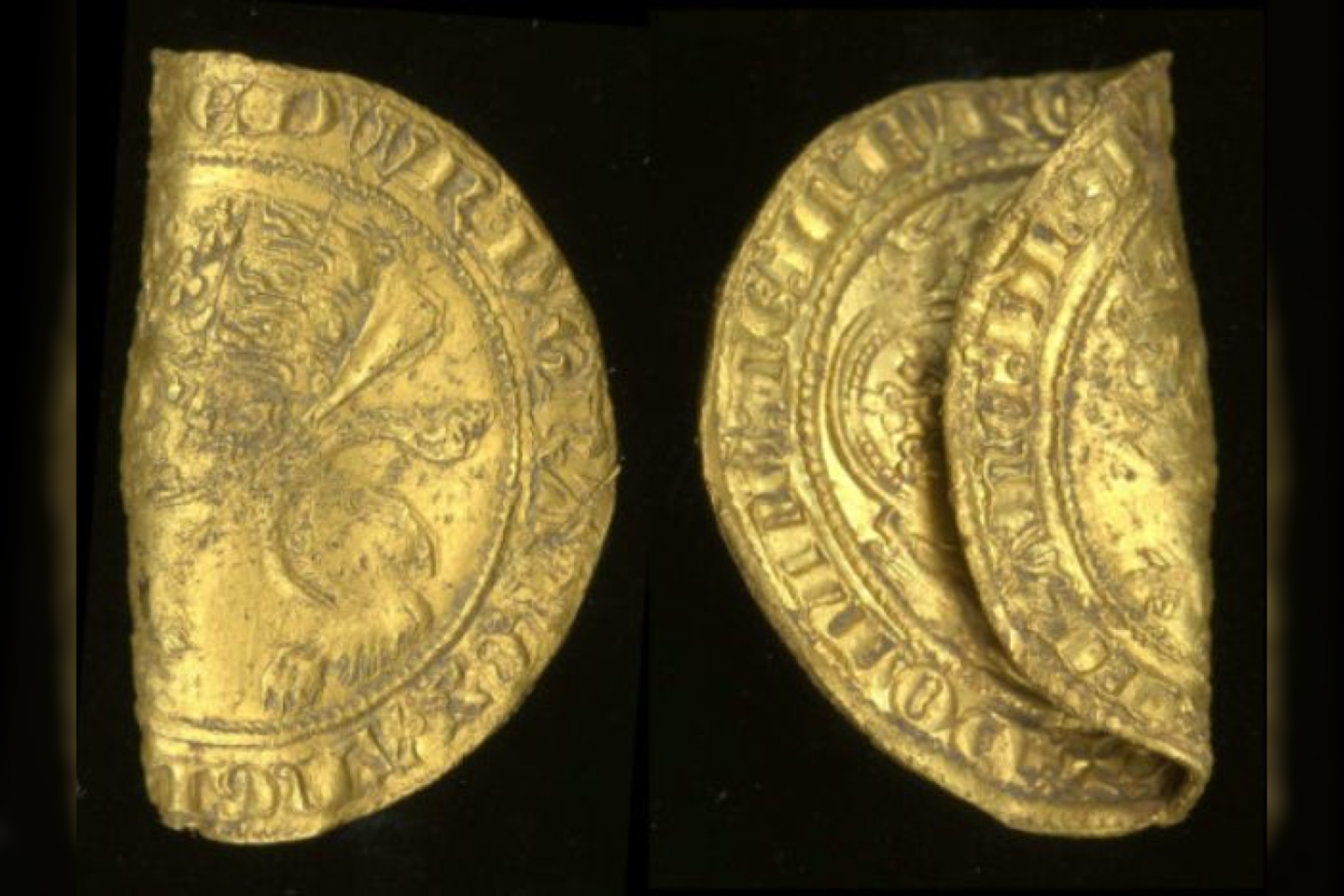 Metalo detektoriaus savininkas anglijoje atrado dvi retas auksines monetas, kurios datuojamos XIV amžiaus viduriu – tais laikais, kai šalį niokojo Juodoji mirtis.<br>Britų muziejaus nuotr.