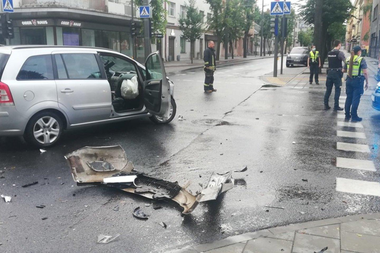 """Kaune sužeistos dvi automobiliu """"Opel"""" važiavusios merginos (nuotr. avarijos vaizdas). <br>Feisbuko (""""Kur stovi policija Kaune"""") nuotr."""