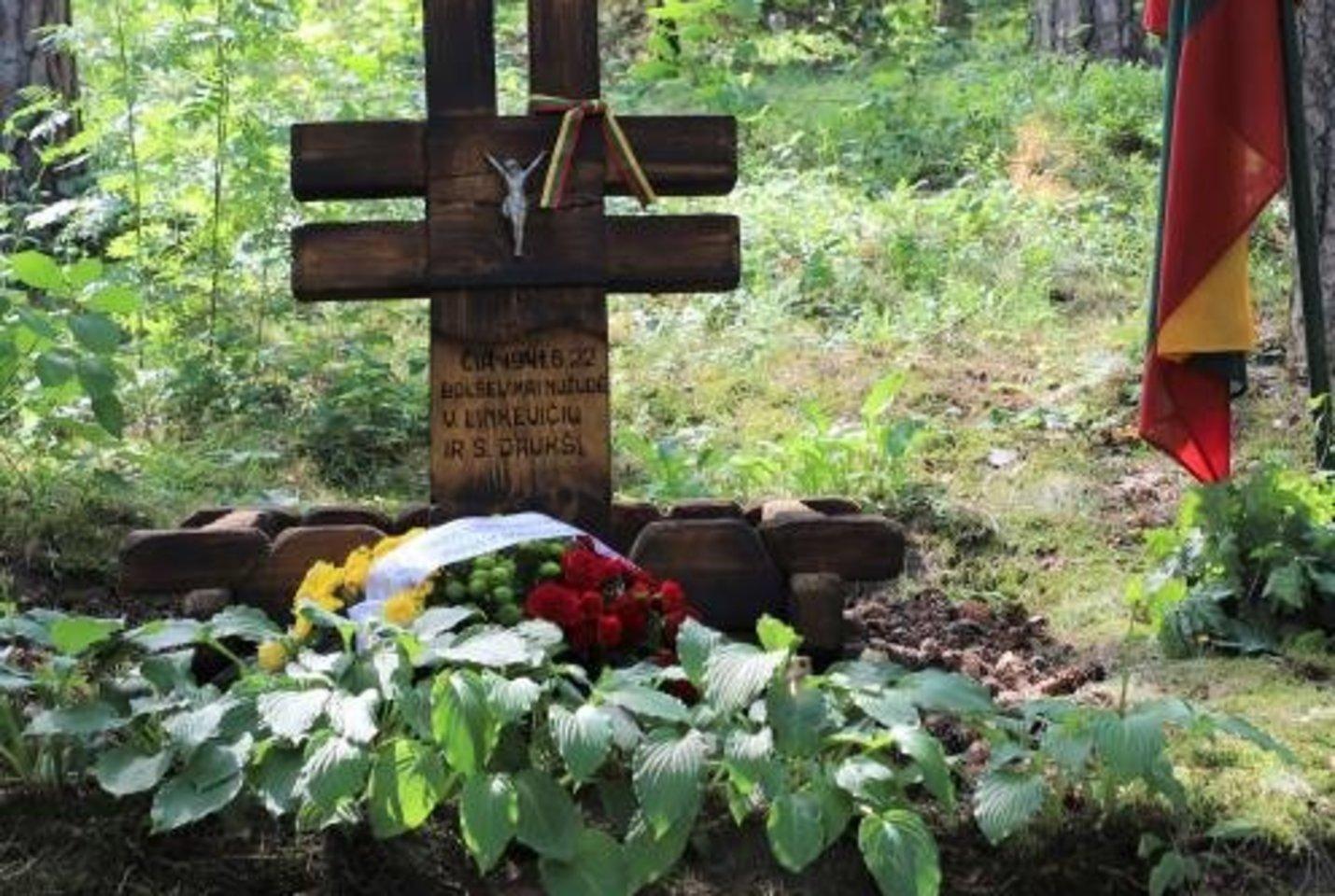 Kačerginėje Kauno rajono savivaldybės lėšomis atnaujinta prieš 80 metų birželį įvykusio sukilimo aukų Boleslovo Daukšio ir Stasio Linkevičiaus memorialinė vieta.<br>Kauno rajono savivaldybės nuotr.