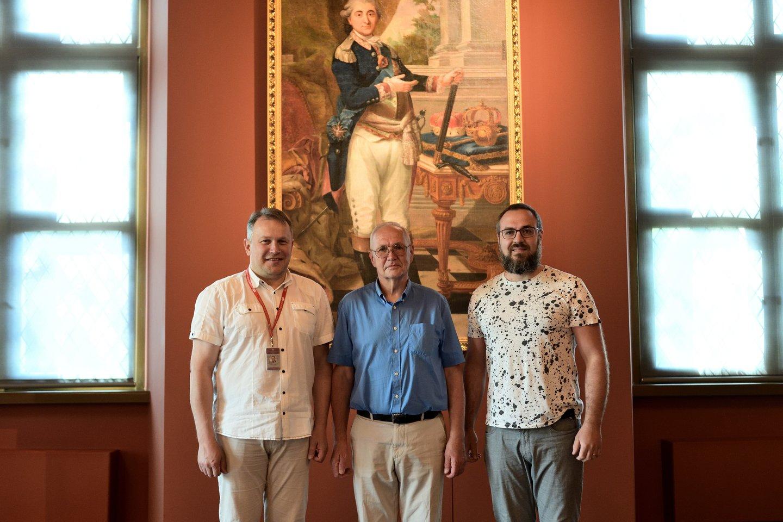 Valdovų rūmų muziejaus direktorius V.Dolinskas (kairėje), dailininkas R.Borisovas ir Valdovų rūmų muziejaus Parodų ir leidybos skyriaus vadovas M.Uzorka.