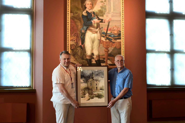 Valdovų rūmų muziejaus direktorius V.Dolinskas priima dailininko R.Borisovo dovaną simbolinėje vietoje – prie Stanislovo Augusto Poniatovskio paveikslo.