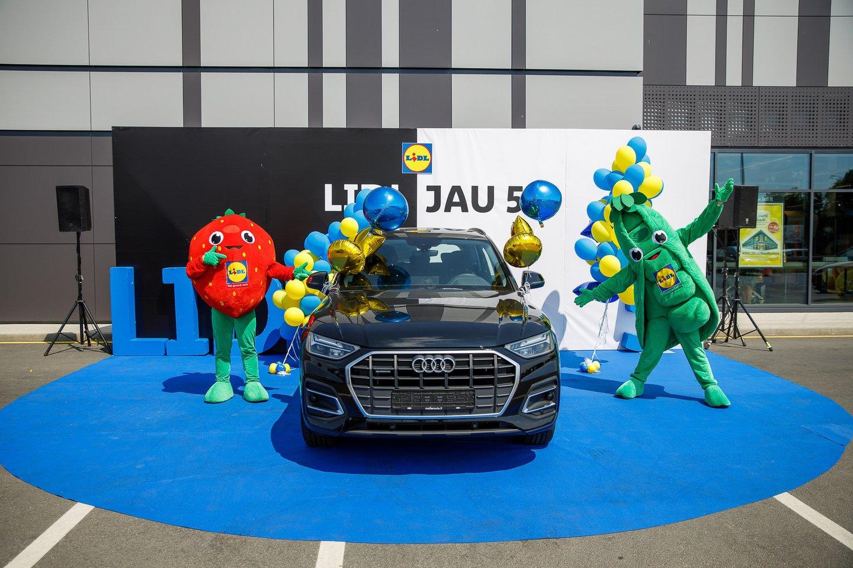 """Juodos spalvos """"Audi Q5"""" buvo įteiktas Karolinai Masiulytei iš Radviliškio. Moteris """"Lidl"""" gimtadienio žaidime registravo vos du pirkimo kvitus, o vienas jų ir tapo laimingu."""