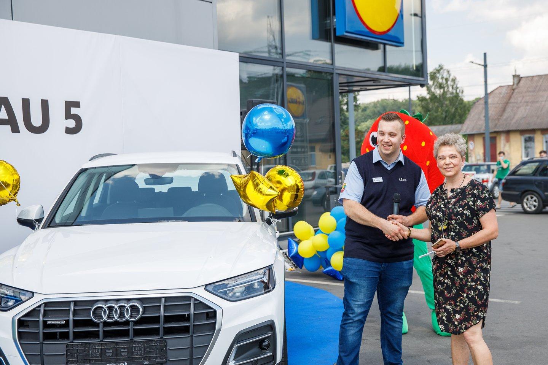 """Balto """"Audi Q5"""" laimėtoja iš Kauno V. Pukelevičienė net ir atsiimdama laimėtą automobilį negalėjo patikėti, kad ją aplankė tokia sekmė."""
