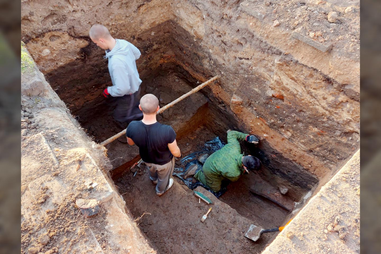 Biržuose plušantys ir žemę lyg pyragą pjaustantys archeologai vėl turi gerų žinių – Juliaus Janonio aikštėje aptiko žalvarinę segę iš tų laikų, kol Radvilos dar nebuvo įkūrę Biržų.<br>A. Švelnos nuotr.