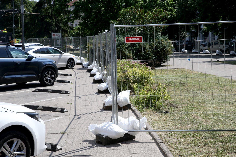 Kavinės iš Vokiečių gatvės visai neiškraustytos, tik aptvertos. Ar bus norinčiųjų čia laiką leisti burzgiant statybininkų technikai ir kylant dulkėms?<br>R.Danisevičiaus nuotr.