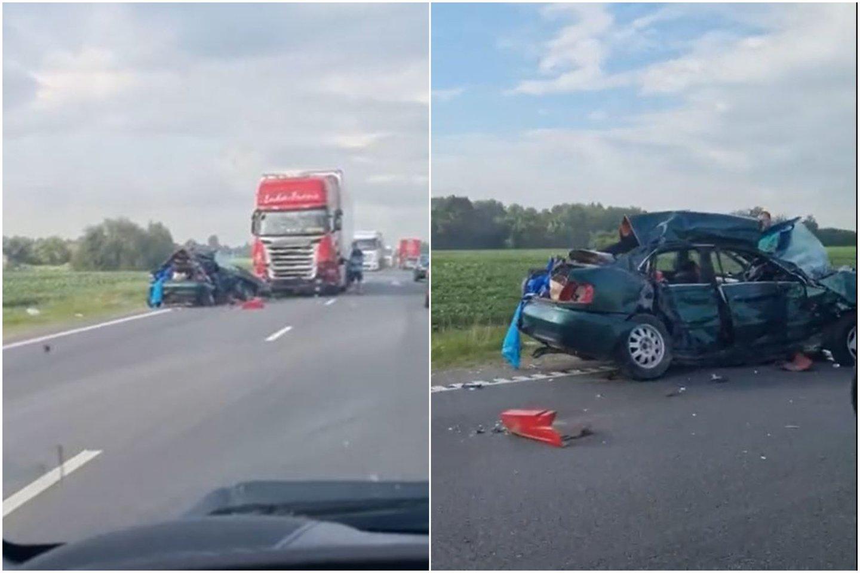"""Siaubinga avarija Kėdainių rajone: po vilkiko smūgio """"Audi"""" vairavusį 30-metį ištiko koma.<br>Skaitytojo vaizdo įrašo stop kadrai"""