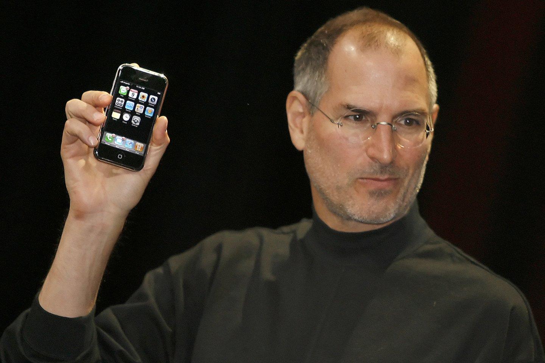 """Prieš 14 metų, birželio 29-ąją, JAV buvo pristatytas pirmosios kartos """"iPhone"""", visiškai pakeitęs ankstesnę telefonų rinką.<br>AFP / Scanpix nuotr."""