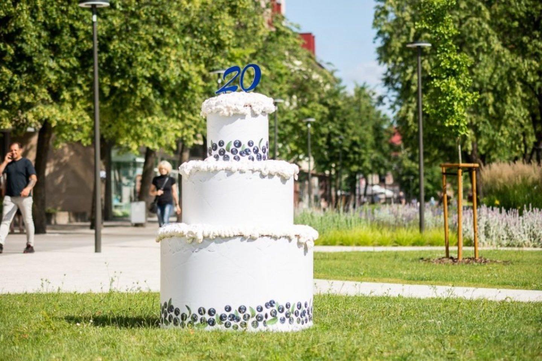 Laisvės aikštėje – paslaptingas tortas. Kas švenčia gimtadienį?<br>jp.lt nuotr.