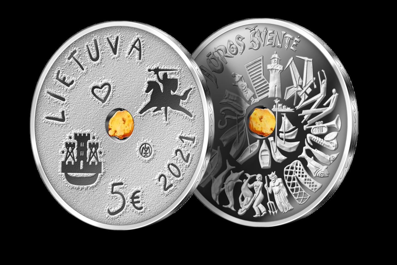 Jūros šventės moneta inkrustuota gintaru.<br>Organizatorių nuotr.