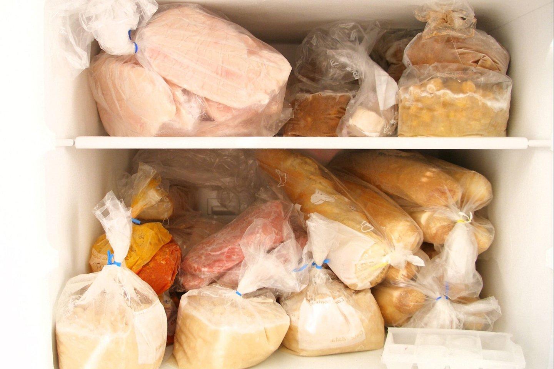 Priklausomai nuo produkto šaldiklyje maistą galime laikyti nuo trijų mėnesių iki metų. <br>123rf nuotr.