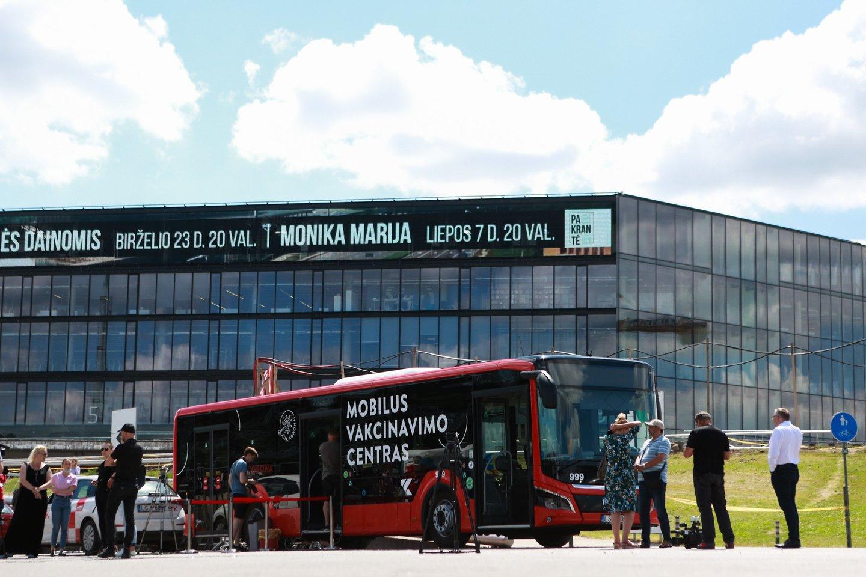 """Iki savaitgalio vakcinavimo autobusas stovės prie """"Žalgirio"""" arenos.<br>G.Bitvinsko nuotr."""