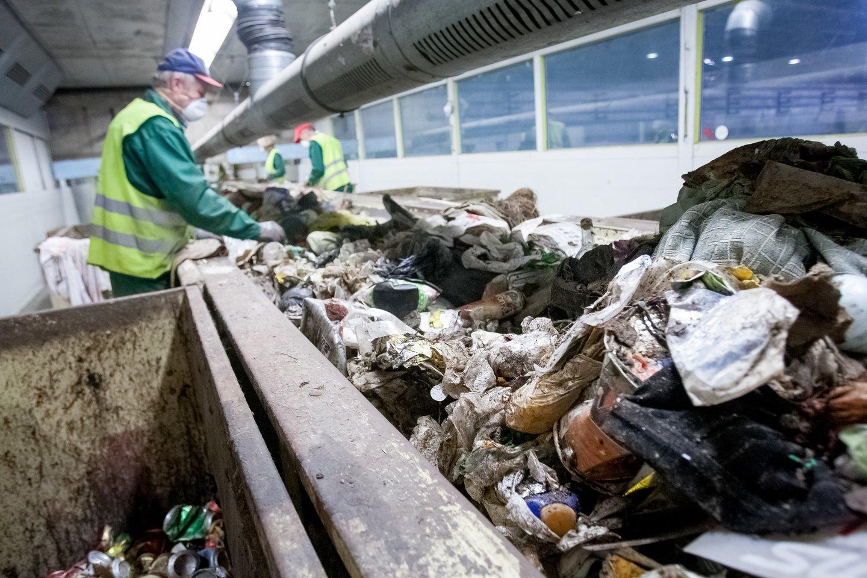 Už neįrengtą atliekų rūšiavimo liniją privalo Ukmergės rajono savivaldybės administracijai grąžinti 170 tūkst. eurų permoką.<br>D.Umbraso asociatyvi nuotr.