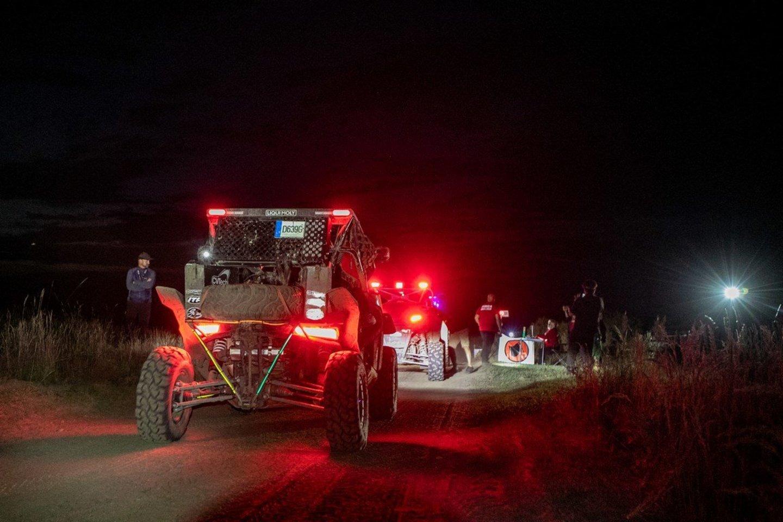 """Po naktinio greičio ruožo Breslau ralyje """"CFMOTO Factory Racing Team"""" komanda neturėjo kada ilgai ilsėtis.<br>Mariaus Kunigiškio nuotr."""