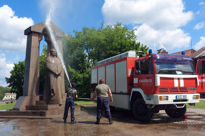 Beveik prieš tris dešimtmečius Anykščiuose pastatytą paminklą vyskupui  ir poetui A.Baranauskui stipria vandens srove dvi valandas plovė  Kavarsko miestelio ugniagesių komanda.<br>T.Kontrimavičiaus nuotr.