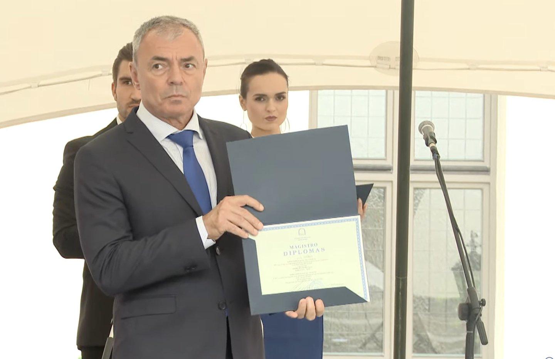 """Nors ir pati S.Sapega negalėjo dalyvauti EHU ceremonijoje, universitetas pagerbė ją diplomu.<br>S.Cichanouskajos """"Twitter"""" paskyros nuotr."""