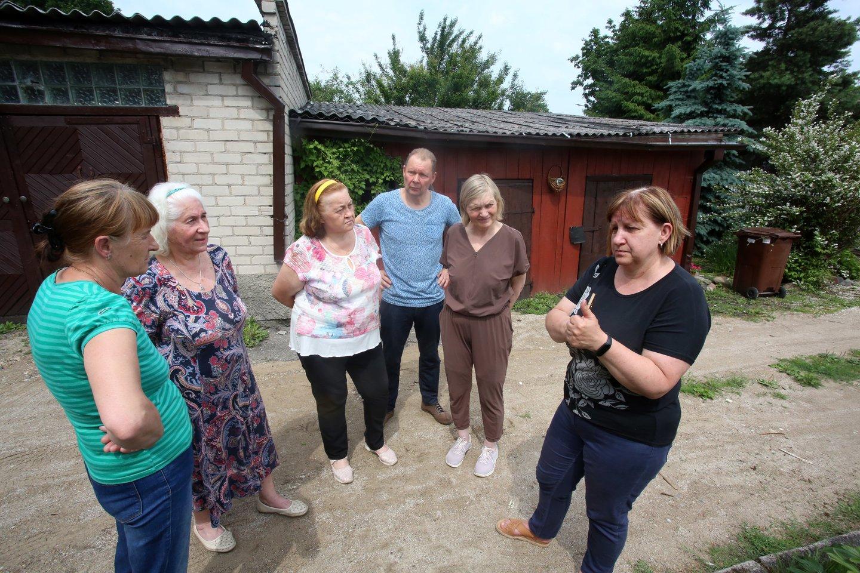 Švenčionių gatvės gyventojai (iš kairės) S.Butėnienė, R.Kalonienė, D.Riautuvienė, V. ir S.Petrikiai bei B.Simanavičienė tvirtino, kad dūsta nuo anglių dulkių.<br>M.Patašiaus nuotr.