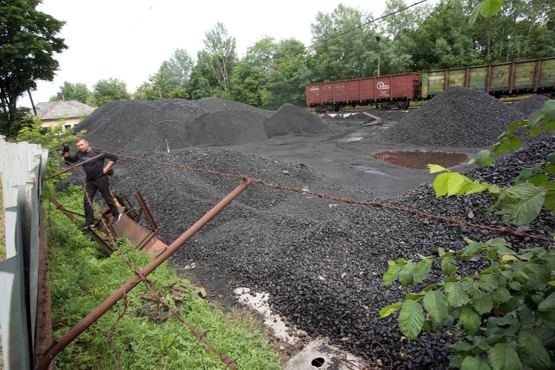 Į įmonės aikštelę atvežamos, joje sandėliuojamos ir rūšiuojamos anglys.<br>M.Patašiaus nuotr.